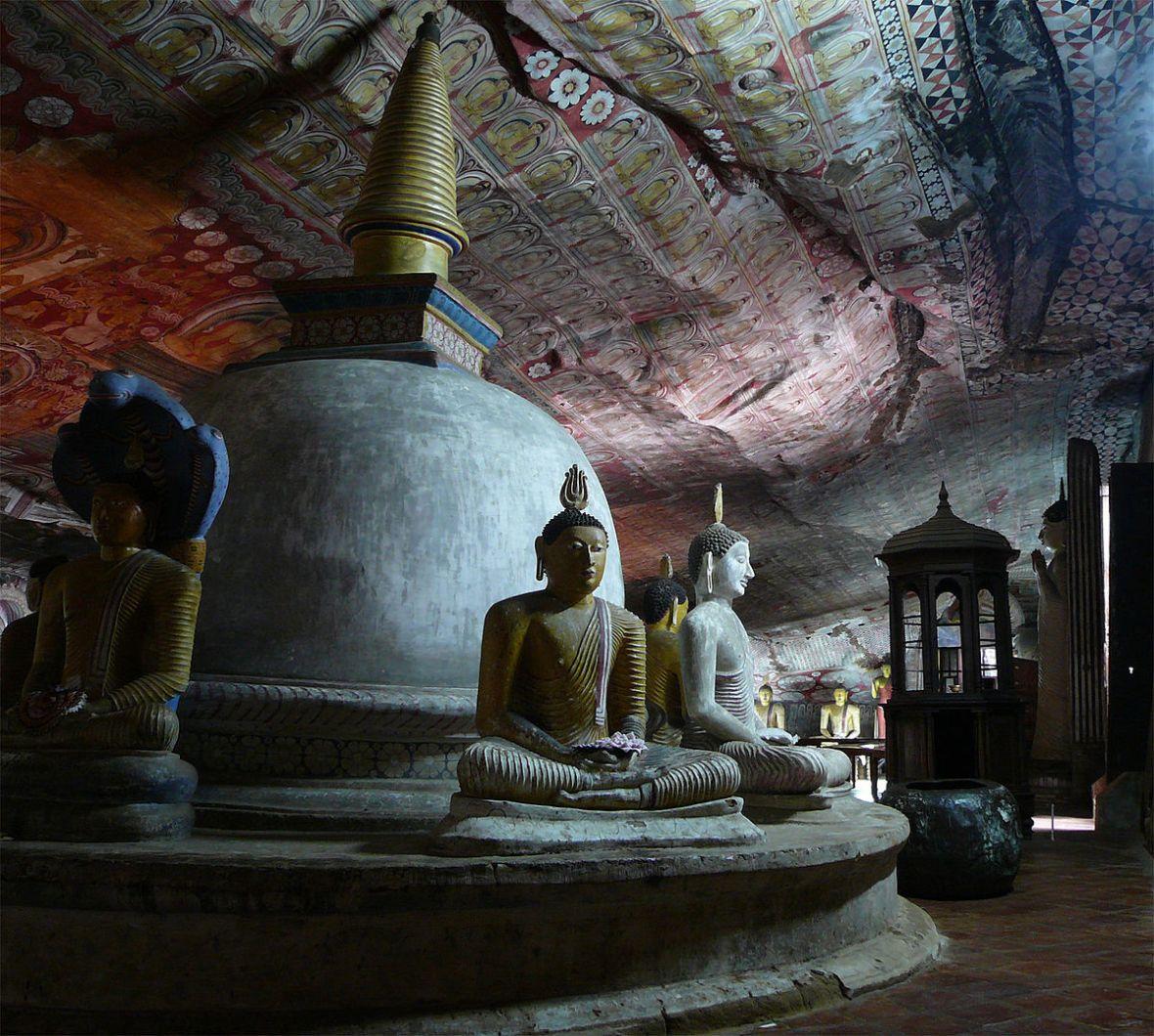 1200px-Dambulla-buddhastupa